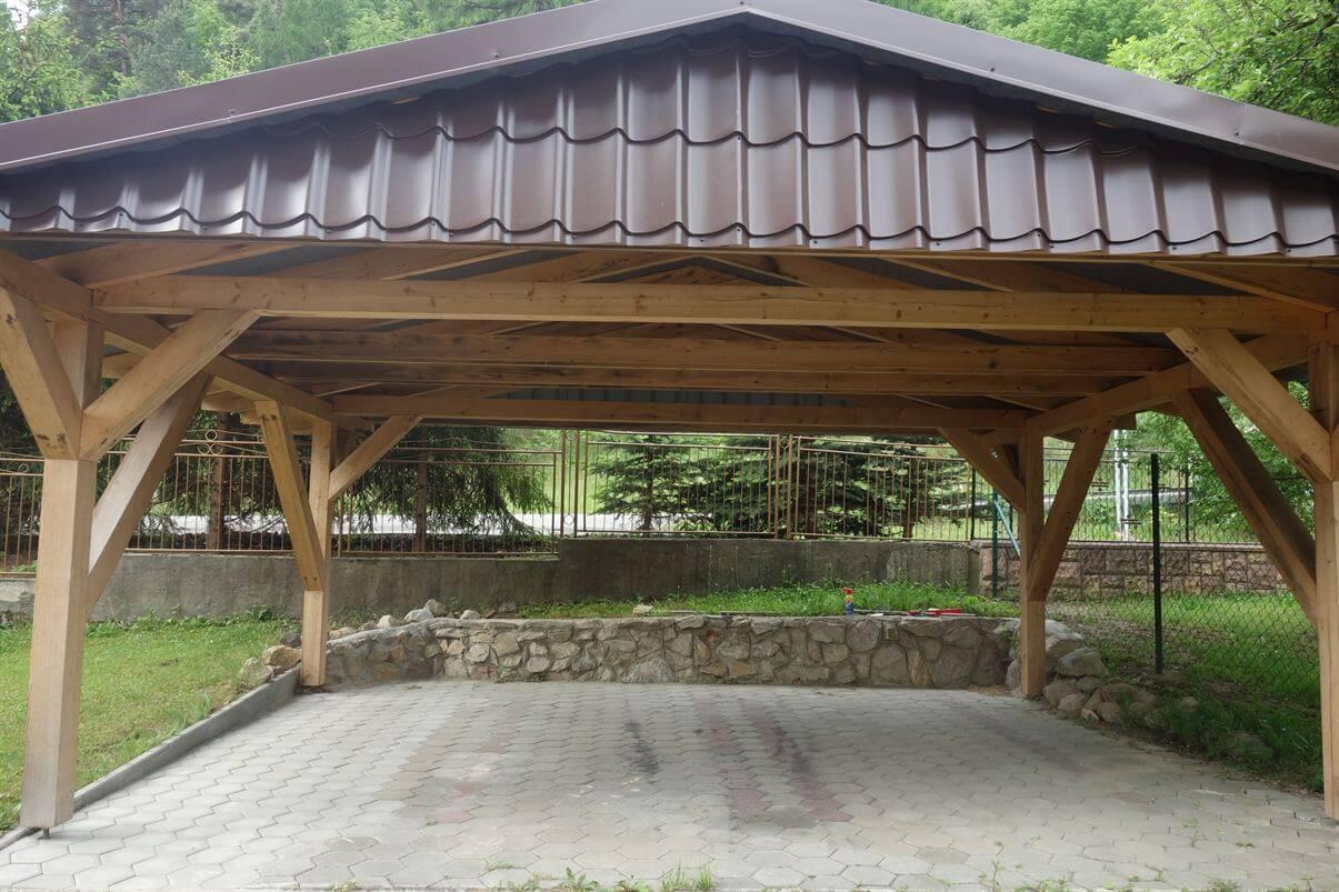 drevený altánok pre autá